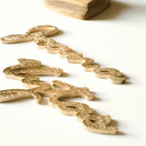 Lazeriu išpjauta medinė stalo kortelė