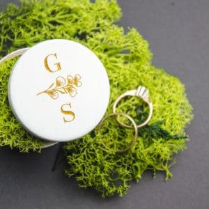 Žiedų dėžutė su auksiniais ornamentais