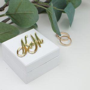 žiedų dėžutė su auksiniu ornamentu
